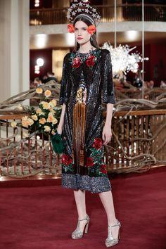 Dolce   Gabbana яркое платье черного цвета с принтом в виде роз яркого  красного цвета 2018 b3975e3cbebac