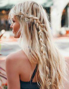 Coiffure de plage  tresse unique latérale sur cheveux lâchés
