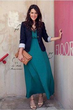 緑のマキシワンピースドレスとジャケットコーディネート