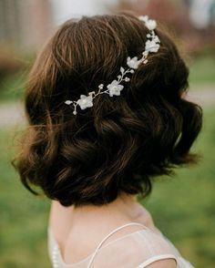 Loose curls and a dainty floral headpiece are all you need to take your wedding-day short romantic bob to the next-level.