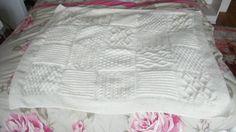 J'ai enfin fini mon plaid au tricot : ça m'a pris 2 semaines et demi quand même ! Il est composé de 5 fois 4 carrés différents, donc 20 carrés. Petites astuces : Pour les augmentations/diminutions - carré 1, j'ai réparti ainsi les augmentations : *1 maille...