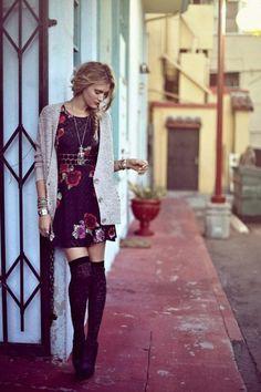 version chaussette haute à motifs, une jolie robe à roses associée avec un cardigan