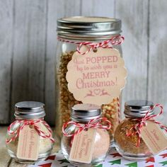 Homemade Popcorn Gift Set- This homemade popcorn gift set is perfect for all occasions. It comes with 3 different popcorn seasonings and they are all delicious and easy to mix up! And it even comes with free printable Christmas gift tags! Diy Christmas Crafts To Sell, Christmas Gift Baskets, Homemade Christmas Gifts, Homemade Gifts, Christmas Tables, Christmas Stockings, Diy Gifts In A Jar, Diy Food Gifts, Mason Jar Gifts