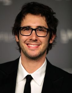 Yes, Josh Groban wears glasses. He's a genius and the fact he wears glasses turns me on. lol