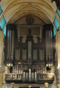 L'orgue de Saint-Vivien et son buffet sont très anciens. Au XVIe siècle, l'ensemble se trouvait dans la nef nord. Le buffet en lui-même, daté de 1556, a été attribué à l'espagnol Pierre de Estrada. Les panneaux de bois qui le recouvrent représentent des anges et des femmes qui jouent d'un instrument. On est ici dans le style «première Renaissance». En 1659, orgue et buffet sont installés au-dessus du grand portail.