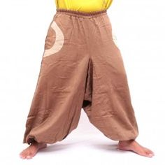 Pantalon bouffant marron avec 2 poches latérales et les applications de tissu coloré clair