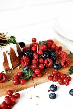 Pratos e Travessas: Bolos de azeite e baunilha com cobertura de iogurte e limão # Olive oil and vanilla cakes with yogurt and lemon topping | Food, photography and stories
