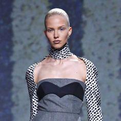 Dior apostó por un recogido ultra pulido y peinado hacia atrás con efecto wet muy a tono con los labios shiny brillantes de su maquillaje.