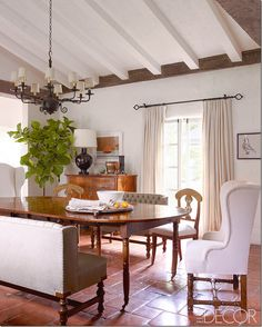Reese Witherspoon's dining room, in Elle Decor. Complete with fabulous fiddlehead fig plant  http://www.elledecor.com/celebrity-style/homes/reese-witherspoon-home