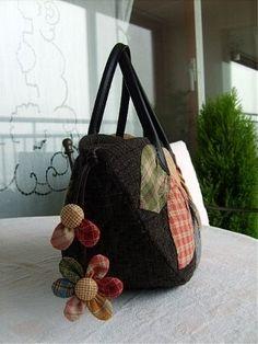 퀼트가방 - 다알리아 토트백 : 네이버 블로그 Fabric Bags, Bag Making, Fashion Bags, Straw Bag, Bag Accessories, Diy And Crafts, Handbags, Quilts, How To Make