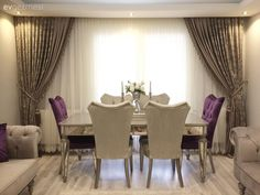 Ayna detaylı mobilyalar, sofistike bir renk paleti ile göz alıcı bir dekor. Upscale Furniture, Salon Furniture, Home Decor Furniture, Furniture Online, Elegant Dining Room, Luxury Dining Room, Dining Room Design, Dining Set, Living Room Grey