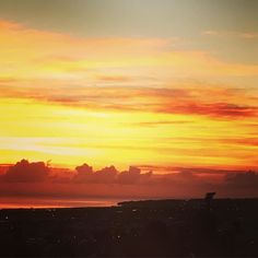 Der große Himmelsmaler ist grad am Werk. #Sonnenaufgang #saintdenis #lareunion by frau_tonari