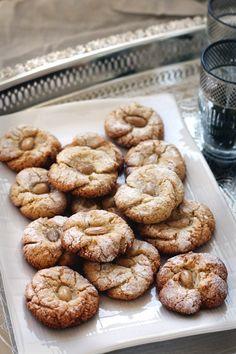 Mlouwza (aka Traditional Moroccan Almond Cookies) via Ruby Josephine – arabicsweets Moroccan Desserts, Moroccan Recipes, Mediterranean Desserts, Moroccan Pastries, Pastry Recipes, Cookie Recipes, Dessert Recipes, Delicious Desserts, Dessert Arabe