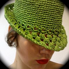 Crochet Raffia Hat - Pattern Pinning this to Knitting in hope to remember to force one of my friends that crochet to make it for me. Crochet Diy, Crochet Adult Hat, Bonnet Crochet, Mode Crochet, Crochet Beanie, Crochet Crafts, Knitted Hats, Ravelry Crochet, Crochet Scarves