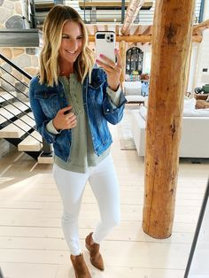 Casual Fall look // casual fall outfit // How to style white jeans for Fall // What to wear with a denim jacket in the fall // Chic Fall Outfit // fall Fashion