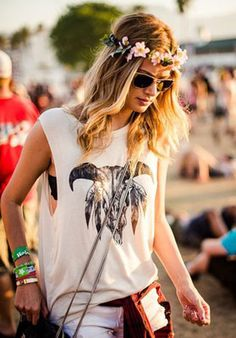 Inspiration : Festival Looks; I love this look because it just enough of boho without being too much! love the hair piece too! Festival Looks, Festival Wear, Festival Fashion, Festival Style, Boho Festival, Acl Festival, Festival Bags, Festival Trends, Flower Festival
