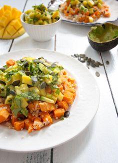 Dieser Süßkartoffel Quinoa Salat mit Avocado Mango Salsa ist ein schnelles Lunch und perfekt für ein Mittagessen im Büro.