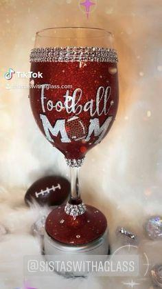 Glitter Wine Glasses, Diy Wine Glasses, Hand Painted Wine Glasses, Diy Gifts To Sell, Fun Gifts, Wine Glass Crafts, Wine Bottle Crafts, Girl Glasses, Wine Glass Designs