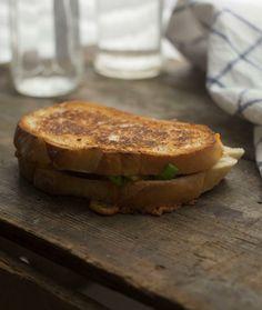 Grilled cheese aux pommes, aux poireau et au cheddar fort