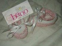 Escarpín tejido con seda color rosa y blanco (Knit baby booties with silk, color pink and white)