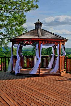 Are you planning to have a wedding underneath a beautifully decorated gazebo? Here are some ideas for wedding decorations for a gazebo. Pergola On The Roof, Gazebo On Deck, Backyard Gazebo, Pergola Garden, Metal Pergola, Pergola Shade, Pergola Kits, Gazebo Ideas, Diy Pergola