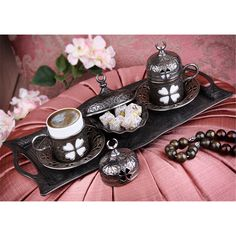 Hediyelik Antik Gümüş 2'li Yonca Desenli Kahve Takımı  Ürün Bilgisi ;  Antik gümüş renk 2'li yonca desenli kahve takımı Çok şık yonca desenle tasarlanmış 2 kahve seti 1 tepsi 2 fincan 1 lokumluktan oluşur Sevdiklerinize hediye edebilirsiniz Ürün fotoğrafta görüldüğü gibidir