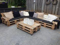 meuble en palette canapé d'angle avec une table basse à roulettes