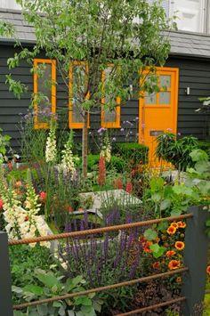 """Desenhado pela DeakinLock Garden Design e com patrocínio conjunto do jornal britânico The Sun e do viveiro John Woods, o """"Fruitful Garden"""" dá a ideia de um jardim """"de casa"""". O projeto prevê um local onde plantas ornamentais e frutíferas convivem e refletem a personalidade de seu proprietário como em uma casa habitável. O ambiente conquistou uma medalha vermeil na categoria """"Generation Gardens"""" do Chelsea Flower Show 2011, Na Inglaterra D"""