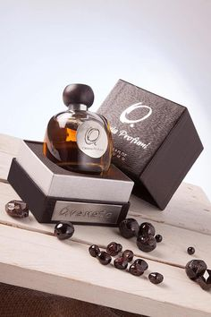 Garnet top notes, in fact, contain the explosive intensity of white thyme, evoking warm weather, sun, and summer afternoons, which then cools down in the soothing freshness of hawthorn, lilac, and gardenia notes. The delicacy of flowers, however, acquires an unexpected sensual note as it blends with cardamom, cinnamon, and patchouli scents, while the presence of sandalwood, cedar, vanilla, and musk notes add a playful defiant theme, making Granato a complex and appealing fragrance.
