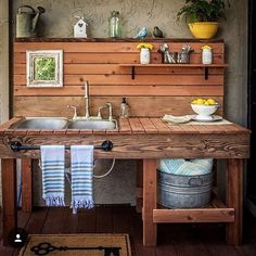 Are you sick of dirt inside your house during planting time? A potting bench is a great solution to that problem. Here are some inspiring potting bench ideas and potting bench plans so you can build your own potting table. DIY pallet potting bench & more! Station D'empotage, Potting Station, Grill Station, Outdoor Kitchen Sink, Outdoor Sinks, Rustic Outdoor Kitchens, Kitchen Rustic, Outdoor Garden Sink, Kitchen Sink Diy