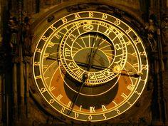 Fotografía: Gabriela Rivero Clock, Mini, Home Decor, Nocturne, Prague, Walks, Castles, Vacations, Cities