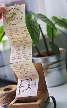 Invitación desplegable en cajita de madera.