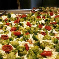 Veggie pizza da Pizzarium a Roma, broccolo romano mozza e pomodori secchi