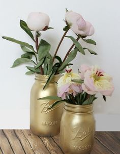14 DIY Gold Painted Vases for an Elegant Decoration - Hello Lidy Spray Paint Mason Jars, Gold Mason Jars, Gold Vases, Mason Jar Crafts, Mason Jar Diy, Mason Jar Flower Arrangements, Mason Jar Flowers, Painted Vases, Painted Mason Jars
