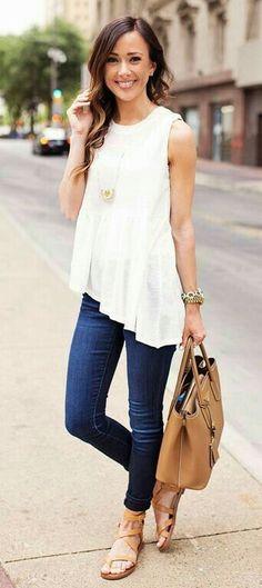 Fesco y bonita. Blusa sin manga, color blanco, jeans oscuro y sandalias cafe