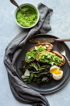 Toast with smashed peas Smashed Avocado, Avocado Toast, Appetizer Recipes, Appetizers, Nutritious Breakfast, Candida Diet, Palak Paneer, Diet Tips, Yummy Treats