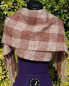 Écharpe tartan laine, étole chaude, écharpe tissée main, poncho laine, châle à franges, cape de laine, écharpe à carreaux marron beige écru https://chaliere.tictail.com/ #chaliere #tictail #madeinfrance