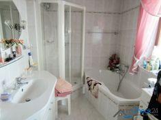 Das vollgeflieste Badezimmer wird dank heller Ausstattung zum Wohlfühlort.