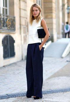 Street style de look de escritório com pantalona azul marinho e blusa off white
