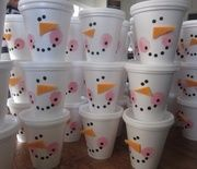 Snowman Cups - Cute idea for kids or adults. I'm thinking office or classroom party.just add goodies of your choice and give as gift. Noel Christmas, Christmas Goodies, Christmas Treats, Christmas And New Year, All Things Christmas, Winter Christmas, Christmas Parties, Xmas Party, Christmas Classroom Treats