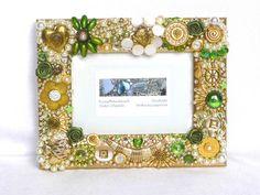 Bilderrahmen grün gold mit Schmuck Broschen Knöpfen von LonasART                                                                                                                                                      Mehr