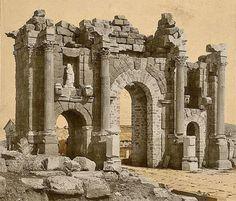 Roman Arch of Trajan at Thamugadi (Timgad), Algeria - Carthage - Wikipedia Roman Architecture, Historical Architecture, 40k Terrain, Ancient Ruins, Ancient History, Art History, Fantasy Miniatures, Lost City, Archaeological Site