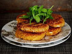 Maittavat ja täyttävät kasvispihvit syntyvät kikherneistä ja fetajuustosta. Mausta mm. chilitahnalla ja sitruunalla. Tarjoa salaatin ja vaikkapa...