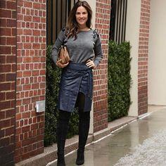 Amei a saia de couro com fenda e misturei com tricot bordado! A tendência de aplicações nas peças continua! Look total Animale.  Foto Leo Faria