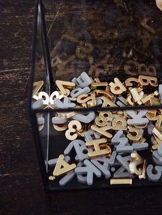 Pratique et déco : Les petites lettres aimantées, repeintes pour être appliquées sur une plaque noire...... Chez MORMORSGLAMOUR Pour ne rien rater pensez à vous abonner c'est en bas de page !