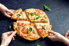 People Hands Taking Slices Of Pizza Margherita. Pizza Margarita and Hands close up over black background. Pizza Carbonara, Salsa Carbonara, Dieta Dash, Beste Pizza In Rom, Pizza Legal, Mozzarella, Pizza Blanca, Pizza Margarita, Diet Pizza