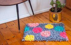 frankie exclusive diy: t-shirt yarn rug Recycled T Shirts, Old T Shirts, T Shirt Yarn, T Shirt Diy, Diy Carpet, How To Make Tshirts, Yarn Projects, Rug Making, Woven Rug