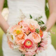 bouquet de mariée rond de renoncules et pivoines pêche et rose