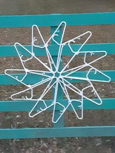 Dollar Tree Decor, Dollar Tree Crafts, Christmas Projects, Crafts To Do, Holiday Crafts, Christmas Crafts, Christmas Ornaments, Hanger Crafts, Diy Weihnachten