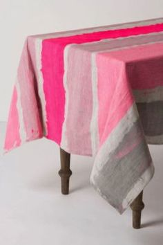 DIY Painted Tablecloth & Brooks Of Bohemia Tablecloth & Anthropologie I would l& DIY Painted Tablecloth & Brooks Of Bohemia Tablecloth & Anthropologie I would love to do this and use colors I like. The post DIY Painted Tablecloth Fabric Painting, Diy Painting, Deco Rose, Ideas Geniales, Decoration Table, Color Inspiration, Diy Home Decor, Sweet Home, Diy Projects